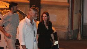 Julianne Mooreová ve Varech: Přibalila si kabelku za 60 tisíc i dceru! Proč ne syna?