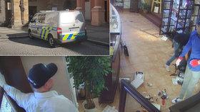 Tři muži přepadli klenotnictví v Chomutově: Prodavačku bez milosti svázali a pak dovnitř nastříkali pepřový sprej!