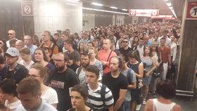 Kolaps metra na lince C! Lidé během výluky zaplnili stanici Pražského povstání