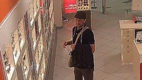 Zloděj si vyzkoušel sluneční brýle a strčil je do tašky. Stály přitom přes 5 tisíc
