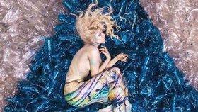 Nahá těla v odpadcích. Tyhle mořské panny ve vodě neplavou!