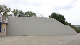 Troufnete si na výzdobu zdi na Vltavské? Radnice hledá šikovné výtvarníky