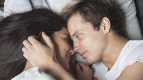 Začínáte se v sexu nudit? Zkuste si položit tyto otázky, které vás zase nažhaví