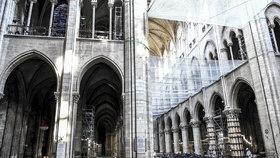 Ohořelá Notre-Dame sotva stojí. Nové snímky ukazují rozsah zkázy katedrály