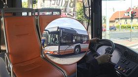 """Nový hybridní autobus vyjel """"na zkušenou"""" do pražských ulic. Emise může snížit skoro o třetinu"""