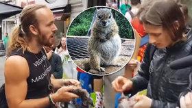 Aktivisté pojídali veverky před veganským obchodem. Nejedení masa není cesta, tvrdí