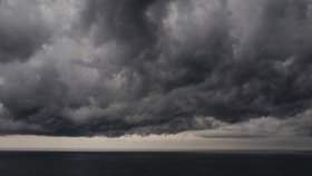 Na víkend přibalte deštníky, bouřky hrozí každý den. Sledujte radar