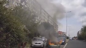 Auto v plamenech a rychlý zásah mužů zákona: Policisté rozbili oktávku... Aby ji zachránili!