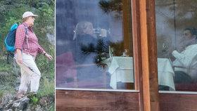 Merkelová popíjí víno a leze po horách v Tyrolsku. Zbaví ji dovolená třesu?