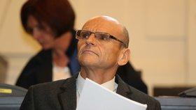 """""""Dám jim osm, míň nemůžu."""" Soudce Elischer v kanceláři řešil tresty a počítal peníze, odhalily nahrávky"""
