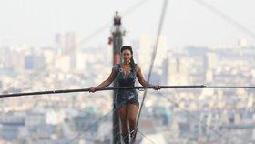 Letní Letná: Odkud sledovat přechod Vltavy na laně? Krásná provazochodkyně 35 metrů nad zemí