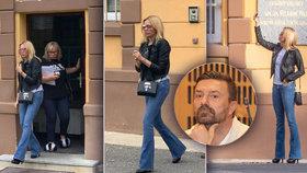 Kristelová přijela za Řepkou do kriminálu: Selfíčka před věznicí a jehlové podpatky