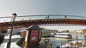 """Architekt zaplatí za """"zfušovaný"""" most v Benátkách, turisté po něm kloužou"""