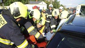 Drsné fotky ze zásahu hasičů: Z auta na Vinohradech vystříhávali ženu, srazila se s tramvají