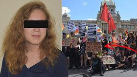 Zapalte policii, hlásal transparent: Aktivistka dostala podmínku, odvolávat se bude i nadále