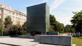 Neshody na radnici Prahy 6:  Zakrytí Koněvovy sochy bylo nešťastným krokem, zní z opozice