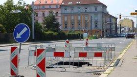Prosecká ulice je zase samá díra: V Praze 8 číhá už 20 dní velké nebezpečí
