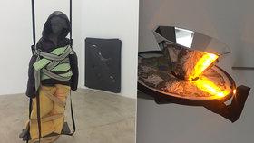 """""""Oblečená"""" socha a obrazy s hadičkami. Na Žižkově vystavují umění opomíjející estetiku na úkor významu"""