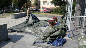 Povyk u sochy Koněva: Aktivista strhl plachtu, odvezla ho policie. Lešení Praha 6 odstraňuje