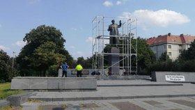 Policisté opět u Koněva: V Praze 6 kontrolovali muže, který se k soše přivázal