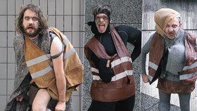 Bizarní výstava pod Letnou: Agresivní klauni upozorňují na vzrůstající násilí ve městech