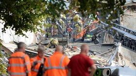Obří exploze srovnala domy se zemí. Záchranáři vyprostili z trosek tři zraněné, pátrají dál