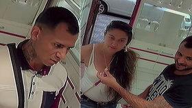 VIDEO: Drzí zloději se vraceli do zlatnictví v převleku. Žena zabavila prodavače a muž kradl