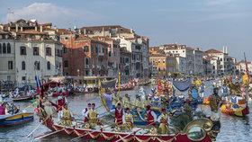 Pražská válečná gondola ohromila v Benátkách! Bohatě zdobená loď se zúčastnila tamní největší slavnosti