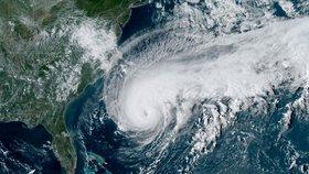 Hurikán Humberto sílí a udeří na exotický ráj. Bermudy zavřou školy a zastaví dopravu