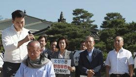 Holou hlavou proti ministrovi. Parlamentem se šíří protest i proti protekční dcerušce