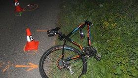 Auto na rovné silnici šlo do smyku a převrátilo se: Zabilo cyklistu v protisměru