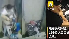 Kočárek s miminkem (19 měs.) drsně přivřel výtah. Zděšená maminka volala o pomoc