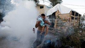 Migranti zapálili přeplněný tábor na ostrově Lesbos. Zemřela žena a malé dítě