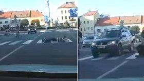 Kdo si hraje, nezlobí? Výrostci si lehnou na přechod rovnou před jedoucí auto!