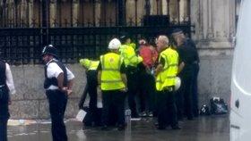 """Před britským parlamentem se zkoušel zapálit muž. Policie """"nesmírně odvážně"""" zasáhla"""