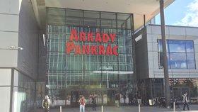 Obchoďák na Pankráci muselo opustit více než 2500 lidí: Policie prověřovala odložený kufr