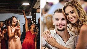 Jágrova schovanka Kovandová chytila na svatbě kytku! Teď už hokejistu nepustí