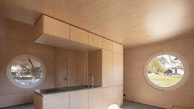 Dřevěná romantika: Ze staré garáže vznikl moderní dům plný světla