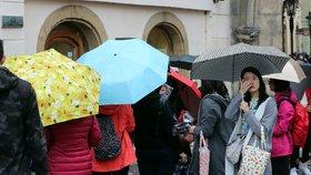 Pražané, vytaste deštníky! V týdnu bude pršet, teploty až 14 stupňů
