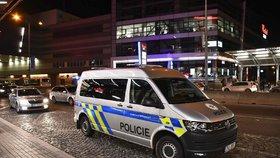 V OC Chodov pobodali muže: Policie pátrá po dvou podezřelých