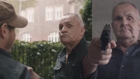 Jožo Rážovi přeskočilo?! V drsném videoklipu míří zbraní na novináře
