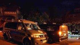 Hnilobný zápach v paneláku v pražských Komořanech: V bytě našli mrtvolu muže a zmatenou ženu