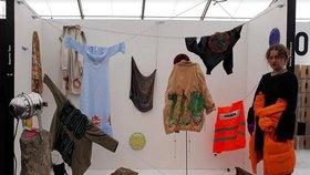"""""""Vyhozený odpad je klenot,"""" myslí si Tereza. Z obnošeného oblečení vytváří kolekce"""
