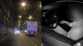 Opilec (30) netrefil silnici, jel po magistrále v protisměru! Před majáky couval, pak ujížděl