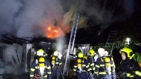 Dědeček zemřel při požáru domku v Hrabyni: Babičku odvezli přidušenou do nemocnice