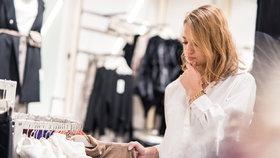 Kupujete si oblečení, které potom nenosíte? Zkuste v obchodě tyto triky!