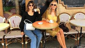 Noste džíny jako Francouzky! S čím je kombinovat do práce i na rande?