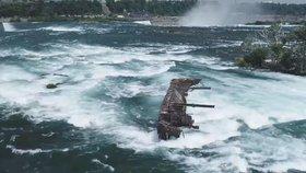 Bouře vmetla loď blíž k Niagarským vodopádům. Mezi skalisky vydrží možná jen dny