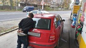 Lehce nabyl, rychle pozbyl: Stopař řidiči odcizil auto, na Barrandově ho z něj vyvlekli policisté