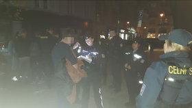 Měli plné ruce práce: Pražští policisté si v noci posvítili na nezletilé »ochmelky«